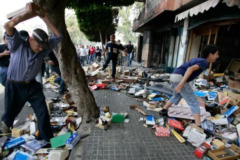 Image: Sunnis destroy a shop in Beirut