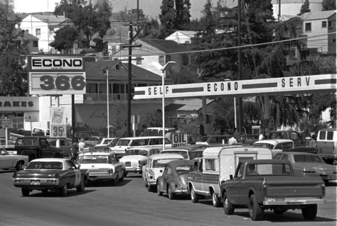 Image: Cars line up for gas