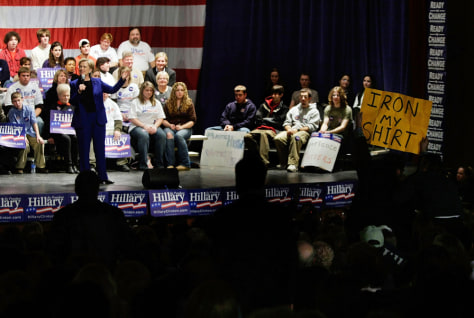 Image Hillary Clinton campaigning in Salem, New Hampshire.