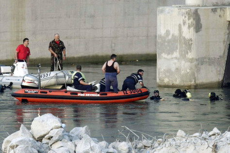 Image: Divers search for bodies after Slovenia canoe accident