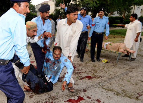 Image: Pakistani police help injured colleagues