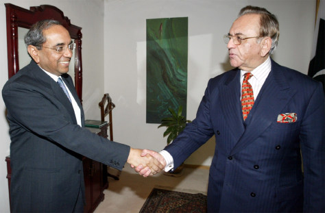 PAKISTANS FOREIGN MINISTER GREETS INDIAN FOREIGN SECRETARY AT FOREIGN MINISTRY