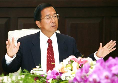 Image: Taiwan President Chen Shui-bian speaks in Taipei