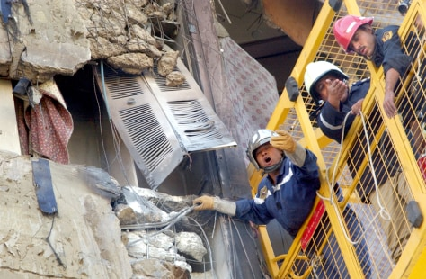 Image:Egyptian rescue workers search damaged hotel.