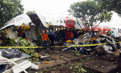 PHOTO: CRASHED LION AIR MD-82 SOLDIERS AND WORKERS