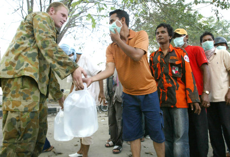 Australian soldier distributes clean water to Acehnese residents in Banda Aceh