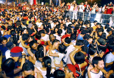 Image: Thousands of couples kiss in Manila