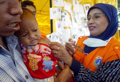 Image: Child receives vaccination