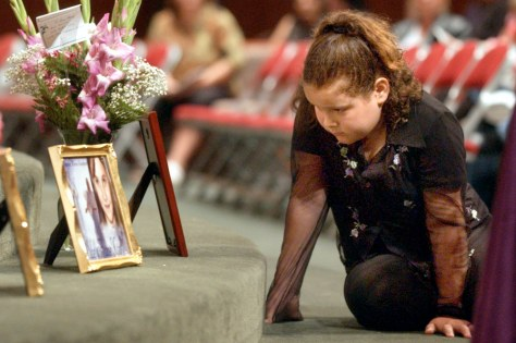 Image: Girl mourns Jessica Lunsford