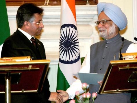 Indian and Pakistani leaders shake handsin New Delhi