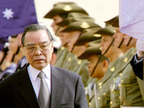 Image: Prime Minister of Vietnam Phan Van Khai seen with an Australian honor guard.