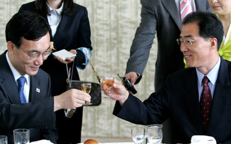 South Korea's Vice Unification Minister Rhee toasts with North Korea's head of delegation Kim at talks in North Korean city of Kaesong
