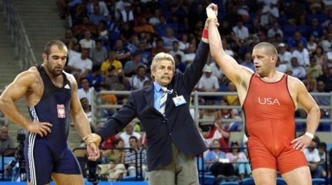 Red-clad wrestler wins against blue-clad one at 2004 Olympics