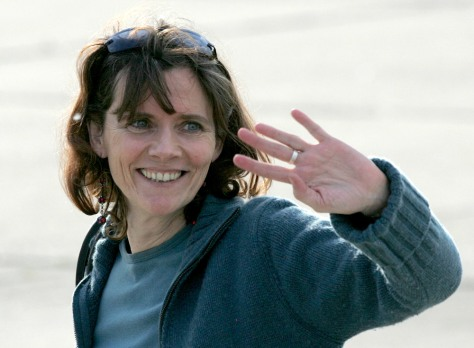 French journalist Aubenas waves on arrival in Paris following five-month hostage ordeal in Iraq