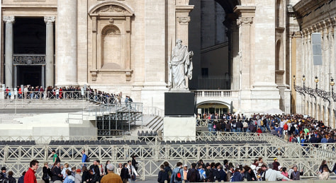 IMAGE: Waiting to see the pope's tomb