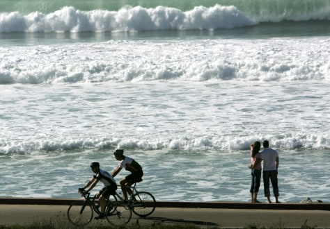Californians enjoy weather along ocean in San Diego