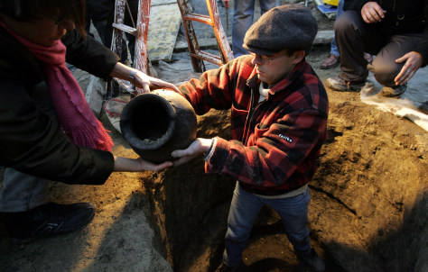 Image: Archaeologist extracts urn