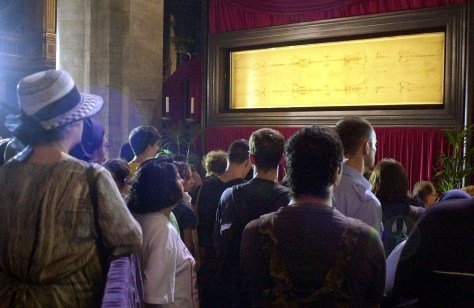 pilgrims in front of shroud of turin