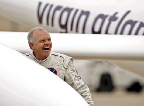 Fossett next to Virgin Atlantic Global Flyer after landing