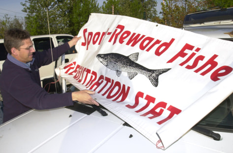 IMAGE: SIGN TELLS ANGLERS WHERE TO SIGN UP