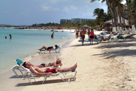 Image: Beachgoers in Aruba