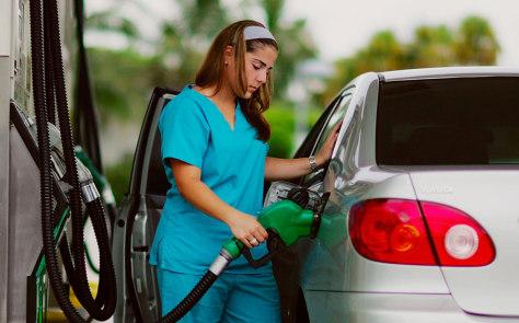 Image: Motorist filling tank