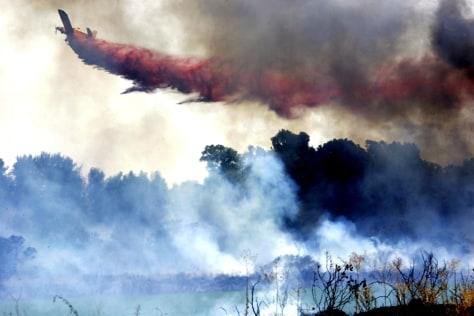 Image: Plane extinguishing Israeli fire