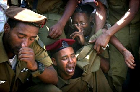 Image: Israelis mourn