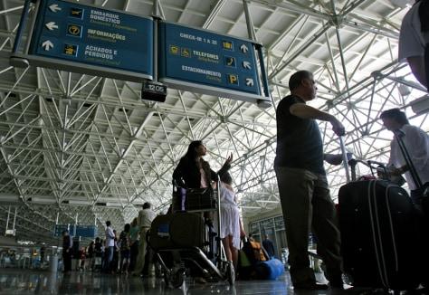 Image: Passengers wait