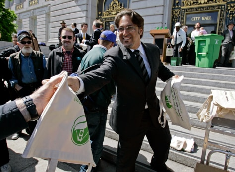IMAGE: Ross Mirkarimi hands out canvas shopping bags