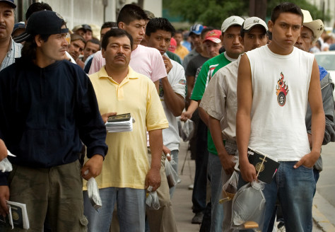 IMAGE: MEXICANS IN VISA LINE