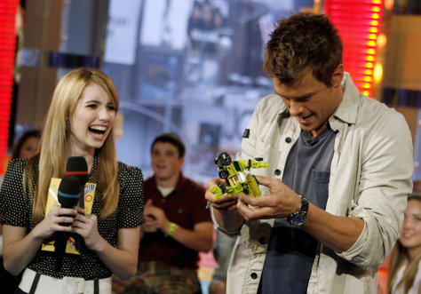 Image: Emma Roberts, Josh Duhamel