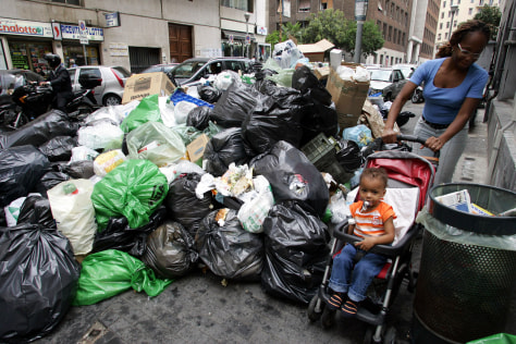 Image: Garbage crisis in Naples