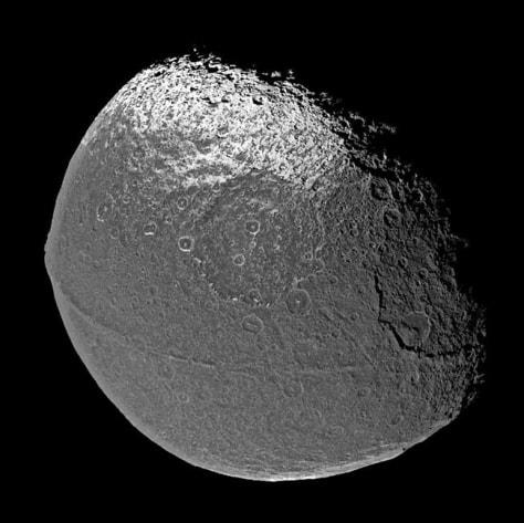 Image: Saturn's moon Iapetus