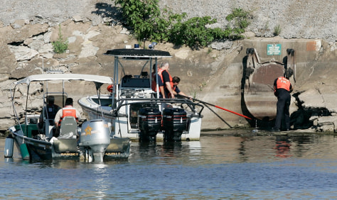 Image: River searched for missing workers