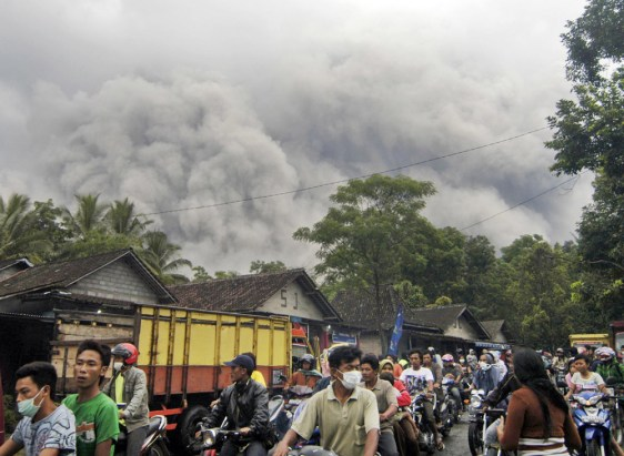 Image: Residents flee Mount Merapi volcano eruption