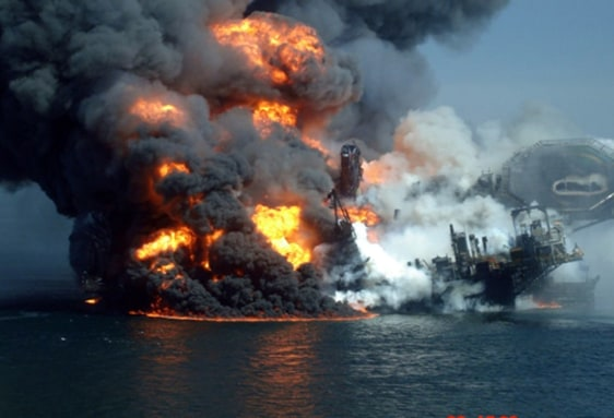Image: Deepwater Horizon in flames