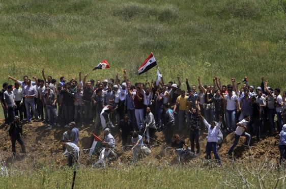 Image: Protesters stand at the Syrian-Israeli border