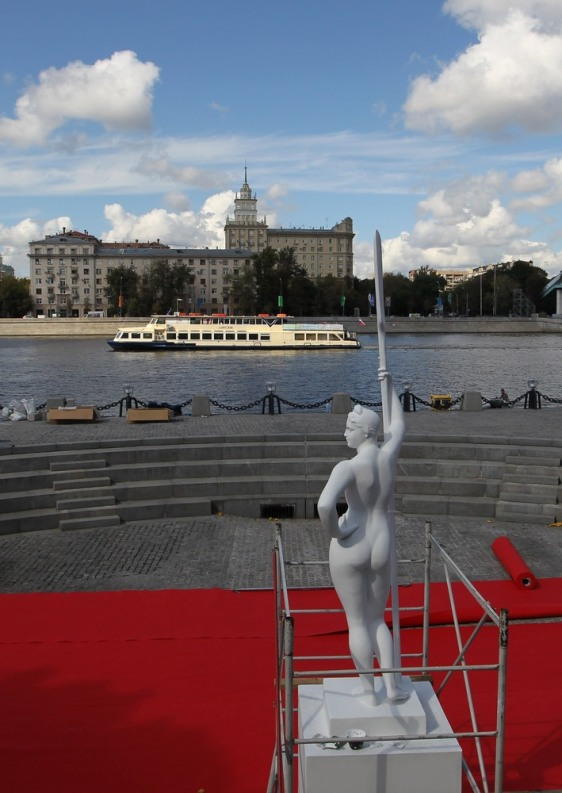 Image: A copy of the 'Girl With an Oar' statue has been returned to Moscow after the original was banned by Stalin