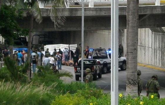 Image: Officials examine bodies dumped in Boca del Rio