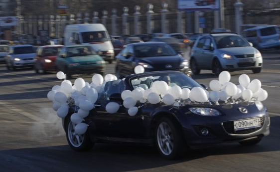 Image: A car decorated of white balloons seen on the Moscow's Garden Ring road during a protest in Moscow
