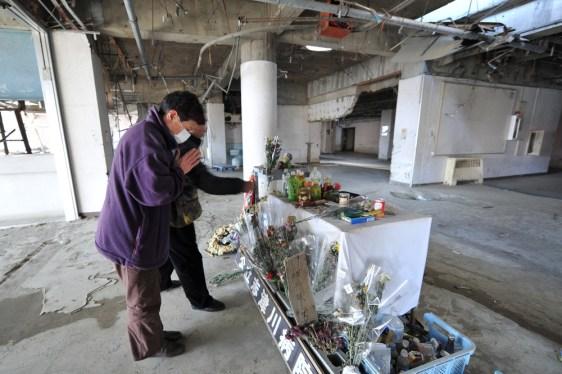 Image: Praying amid ruins