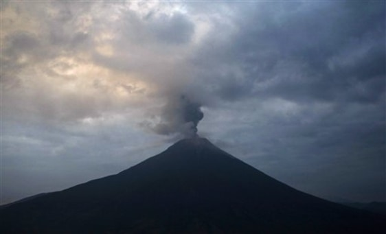 Image:Tungurahua volcano spews ashes