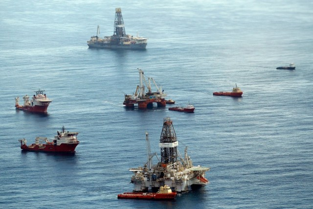 Image: Ships, platforms at spill site