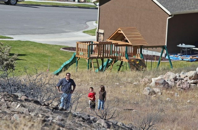Image: Homeowner looks at fireline