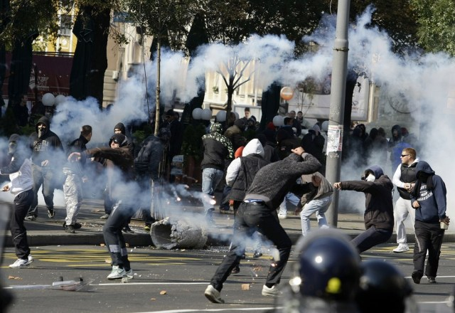 Image: Anti-gay protesters clash with riot police in Belgrade