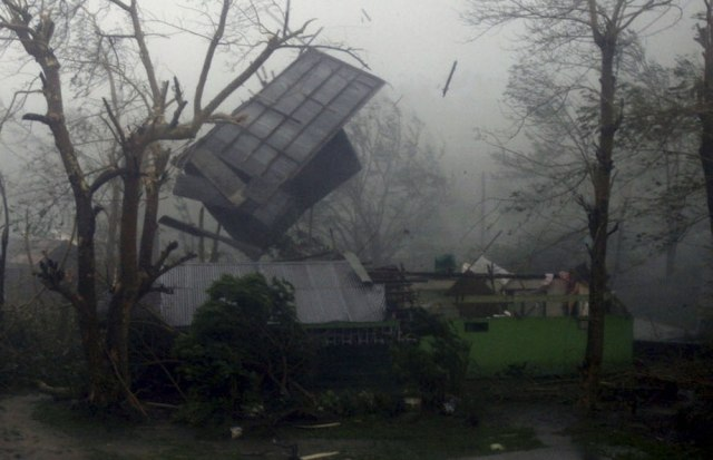 Image: The roof flies off a house