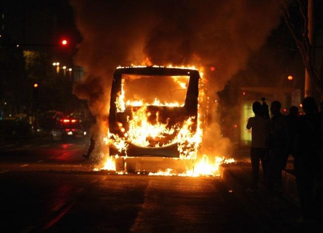 Image: A bus burns in downtown Rio de Janeiro