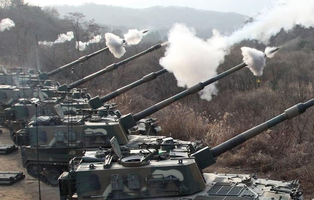Image: South Korean guns fire live rounds during drill