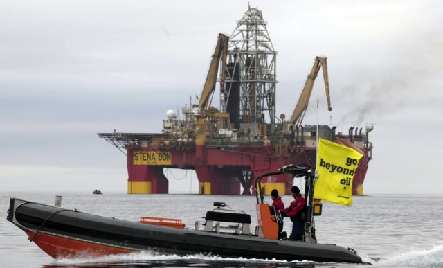 Image: Greenpeace oil rig protest